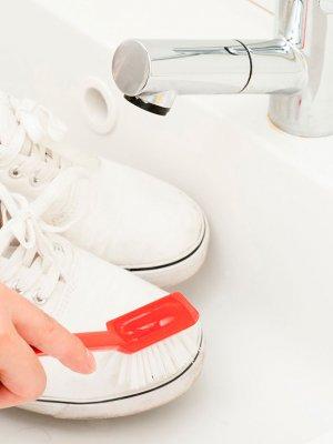 El truco para limpiar zapatillas blancas que revolucionó